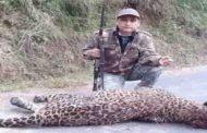 शिकारी जाॅय हुकिल के मृत गुलदार के साथ खिंचवाये गए फोटो पर की जा रही है आपत्ति